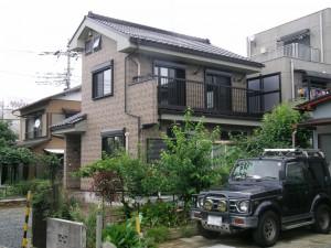 40年何もしないで暮らせる家が欲しいという製作コンセプトで、アルミ外附けベランダが必須条件でした。 ベランダ下の屋根はカラーステンレスでサビ知らずです。
