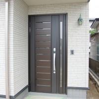 玄関錠は電気錠で自動車のようにリモコンで開閉します。