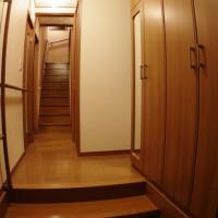 玄関上がりかまちには式台 (踏み台) を設置。手すりと一緒にバリアフリー。