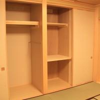 小分けして右が布団、左が洋服掛け、襖の裏側は本棚です。その裏側は冷蔵庫です。