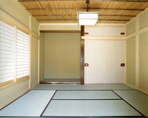 天井の仕上げは、無垢薩摩ヨシ葺き竿ぶち天井です。
