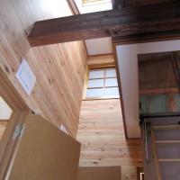 2階廊下ホールで天窓、飾り窓は外断熱の家のオリジナルです。