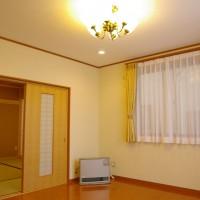 和室8畳と洋間8畳 暖房は灯油炊きセントラルヒーティングで放熱機1か所です。それでも全館寒くないです。