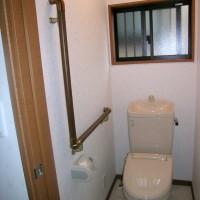 トイレにはL型手すり。簡単に立つことができます。