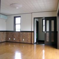ダイニングから玄関を望む。風除け室を形成しています。