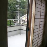 2階ベランダ…手すりのアルミ部分が布団干し用に高くなっています。