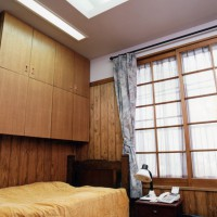 造り附け下部が部屋を広くします。間接照明です。
