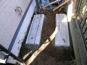 地盤面に設置された既存給湯機は撤去して同じ場所か近くエコキュートを設置しなければなりません。この時コンクリートを現場施工しているとコンクリートの養生期間が必要になります。したがって給湯機のない期間お湯の使用ができなくなります。こんな時に 最速オール電化が有効です。